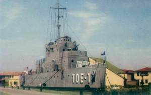 Original USS Recruit (TDE-1) By army.arch (http://www.flickr.com/photos/army_arch/2415462097/) [CC BY 2.0 (http://creativecommons.org/licenses/by/2.0)], via Wikimedia Commons
